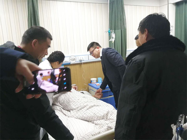 我院领导深入病房看望贫困户马某山并送上慰问金