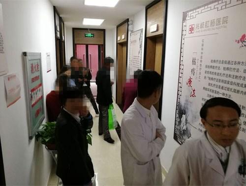 4月21日王建民教授坐诊现场火爆,下雨也挡不住看专家的热情